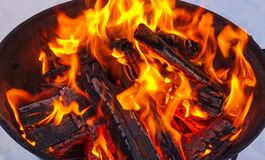 Fogo e lenha Ignição do assado que cozinha carvões fotografia de stock