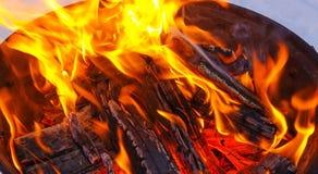 Fogo e lenha Ignição do assado que cozinha carvões fotos de stock royalty free
