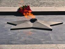 Fogo eterno no quadrado na frente do museu em Victory Park no monte de Poklonnaya Imagem de Stock Royalty Free