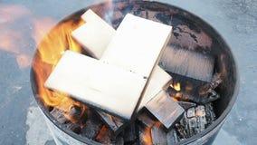 Fogo exterior no tambor A lenha queima-se em um tambor redondo filme