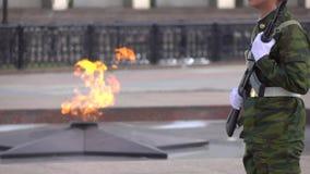 Fogo memorável e soldado armado Possibilidade remota super do movimento lento video estoque