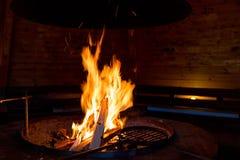 Fogo na cabana do assado Imagem de Stock