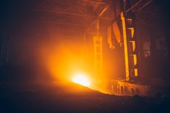 Fogo na fábrica ou no armazém Queimado pela construção industrial do fogo imagens de stock royalty free