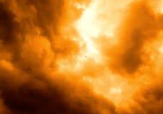 Fogo no céu que incandesce em cores alaranjadas e amarelas fotos de stock royalty free