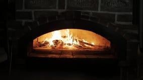 Fogo no forno de pedra ateado fogo de madeira Fast food cozinhado em um forno madeira-ateado fogo vídeos de arquivo