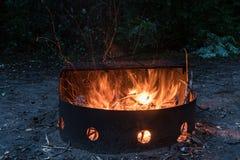 Fogo que queima-se no fogo do acampamento imagens de stock