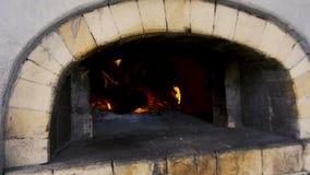 Fogo que queima-se no forno do tijolo video estoque