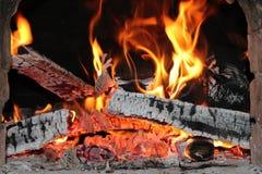 Fogo quente, bonito no fogão do russo, chaminé fotos de stock royalty free
