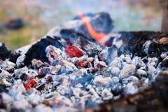 Fogo quente de carvões com fumo Textura em um piquenique exterior imagens de stock