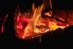 Fogo quente de carvões com fumo Textura em um piquenique exterior foto de stock royalty free