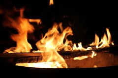 Fogo quente e chamas do início de uma sessão ardente Imagens de Stock Royalty Free