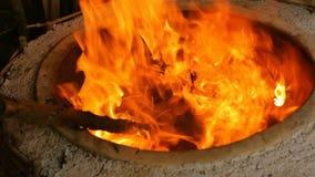 Fogo quente que queima-se no forno circular profundo da argila, tom que aquece-se na padaria Georgian video estoque