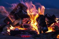 Fogo rujir com as chamas borradas dos logs de madeira fotografia de stock