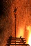 Fogo tradicional enorme grande Queimadura das bruxas em uma fogueira imagem de stock