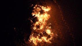 Fogo vermelho de queimadura que brilha na noite escura, fundo abstrato no tema do fogo, conflagra??o, luz, filme do movimento len video estoque