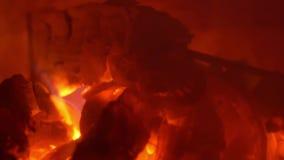 Fogo vermelho que queima-se no close-up da chaminé video estoque