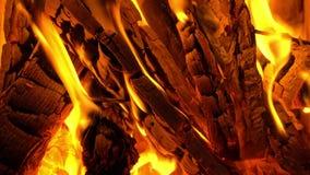 Fogo vermelho que queima-se no close-up da chaminé vídeos de arquivo