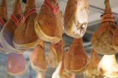 Fogolar prosciuttodi San Daniele hänga royaltyfri foto