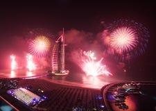 Fogos-de-artifício árabes da véspera de anos novos do al de Burj Fotos de Stock