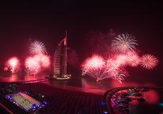 Fogos-de-artifício árabes da véspera de anos novos do al de Burj Fotografia de Stock Royalty Free