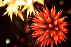 Fogos-de-artifício abstratos no céu noturno Fotografia de Stock Royalty Free