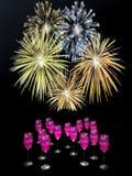 Fogos-de-artifício acima das bebidas do champanhe. Fotos de Stock