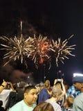 Fogos-de-artifício acima de uma multidão fotografia de stock