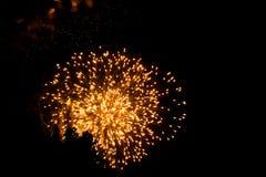 Fogos de artif?cio amarelos que explodem no c?u noturno em Grand Rapids Michigan imagens de stock royalty free