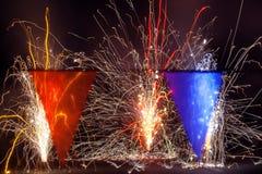Fogos-de-artifício atrás das bandeiras vermelhas e azuis transparentes Imagens de Stock
