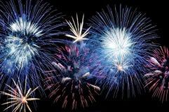 Fogos-de-artifício azuis, brancos e cor-de-rosa surpreendentes Foto de Stock Royalty Free