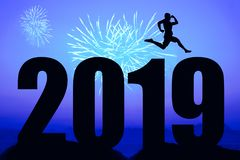 Fogos de artifício azuis da noite com a silhueta do ano novo 2019 e m de salto imagens de stock royalty free