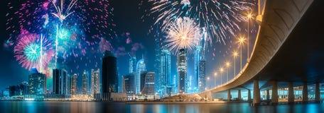 Fogos de artifício bonitos acima da baía do negócio de Dubai, UAE fotografia de stock royalty free