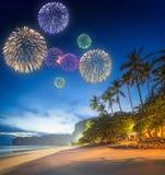 Fogos-de-artifício bonitos acima da paisagem tropical, Tailândia Fotografia de Stock