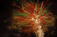 Fogos-de-artifício bonitos do feriado no céu noturno Fotos de Stock Royalty Free
