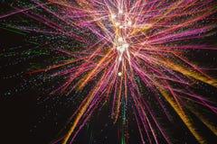 Fogos-de-artifício bonitos do feriado no céu noturno Imagem de Stock