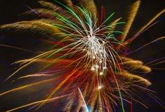 Fogos-de-artifício bonitos do feriado no céu noturno Foto de Stock Royalty Free