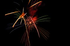 Fogos de artifício bonitos e brilhantes na noite do festival do verão Cidade de Fuji, Japão fotografia de stock