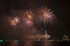 Fogos-de-artifício bonitos no céu Fotografia de Stock