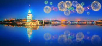 Fogos-de-artifício bonitos perto da torre nova Istambul Fotografia de Stock