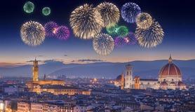 Fogos-de-artifício bonitos sob Arno River e Ponte Vecchio no por do sol, Florença Fotos de Stock Royalty Free