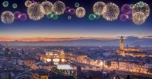 Fogos-de-artifício bonitos sob Arno River e Ponte Vecchio no por do sol, Florença Imagens de Stock