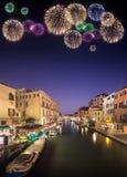 Fogos-de-artifício bonitos sob canais em Veneza Foto de Stock Royalty Free
