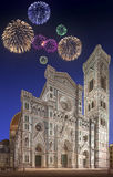 Fogos-de-artifício bonitos sob a catedral com torre Florença Fotos de Stock Royalty Free