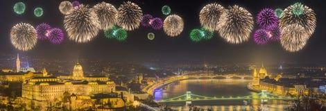 Fogos-de-artifício bonitos sob e arquitetura da cidade de Budapest Imagens de Stock Royalty Free
