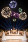 Fogos-de-artifício bonitos sob a fonte mágica em Barcelona Imagem de Stock Royalty Free