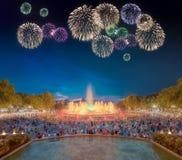 Fogos-de-artifício bonitos sob a fonte mágica em Barcelona Fotos de Stock