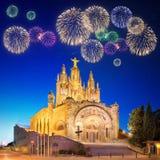 Fogos-de-artifício bonitos sob o parque de diversões e o templo em Tibidabo Foto de Stock
