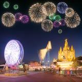Fogos-de-artifício bonitos sob o parque de diversões e o templo em Tibidabo Imagens de Stock