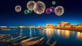 Fogos-de-artifício bonitos sob a opinião da noite da ilha de Ibiza fotografia de stock