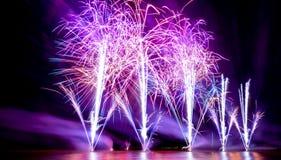 Fogos-de-artifício brilhantemente coloridos disparados sobre o mar Foto de Stock